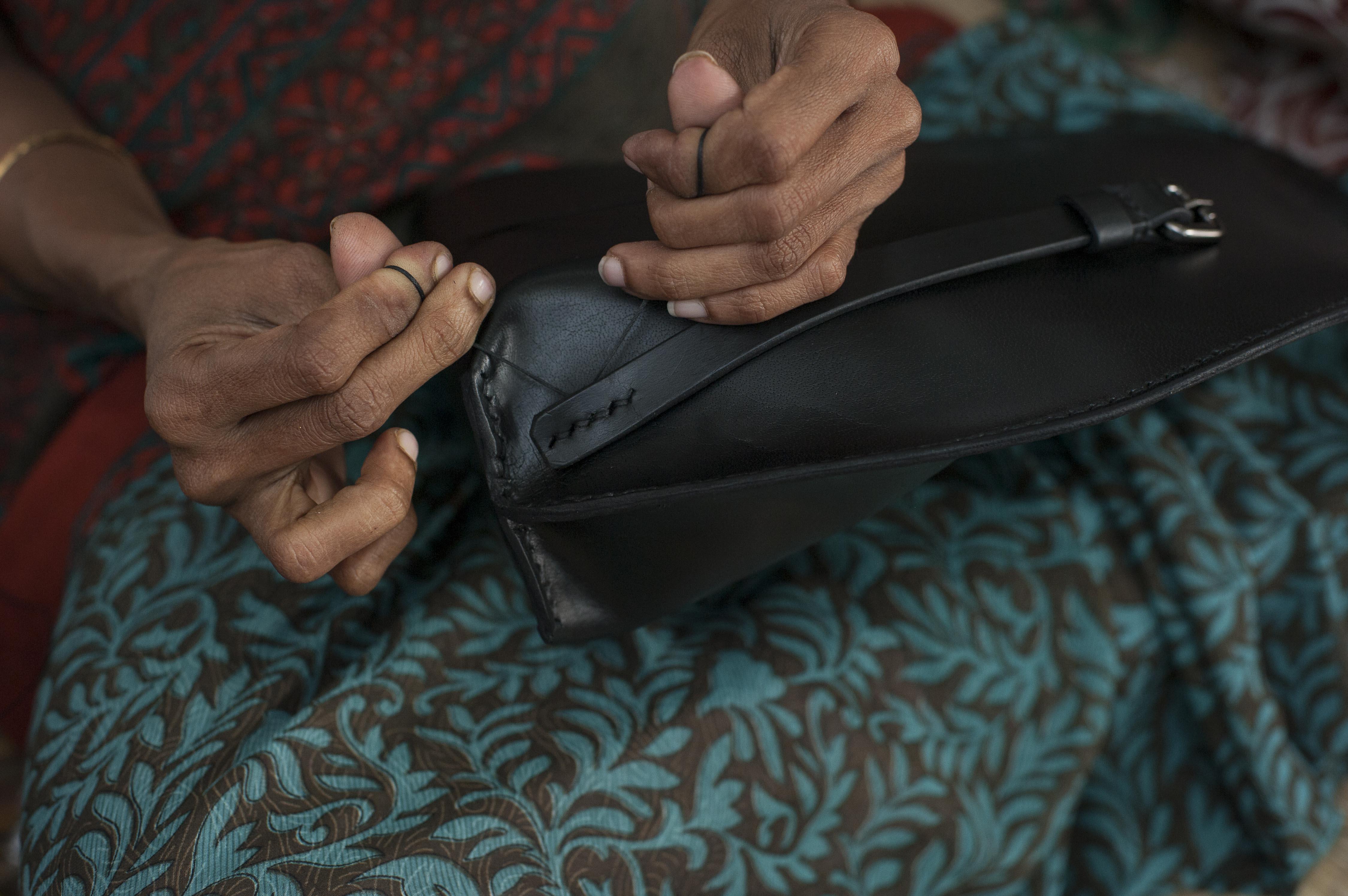 Deze prachtige tassen van plantaardig gelooid buffelleer zijn met de hand gemaakt in India
