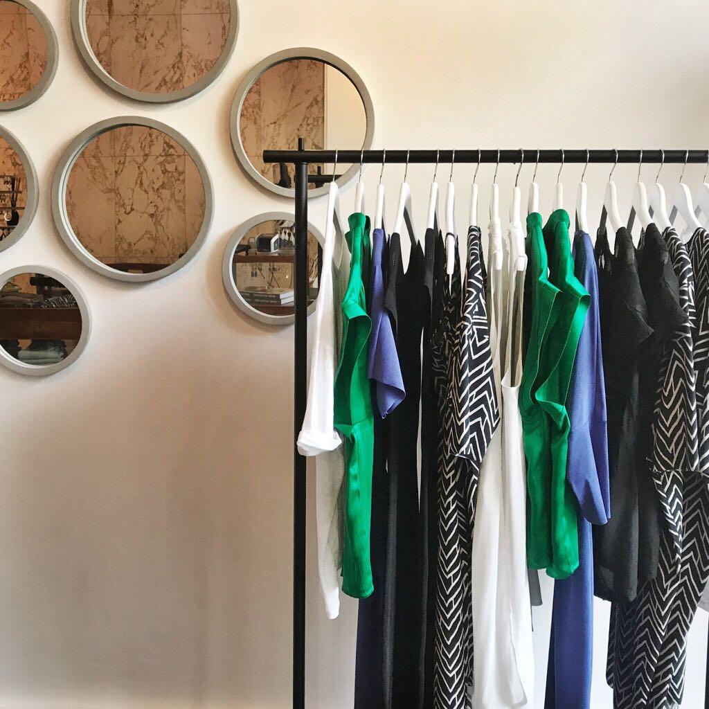 Bij deze stijlvolle boetiek in Utrecht kun je je van top tot teen laten aankleden (en het is betaalbaar)